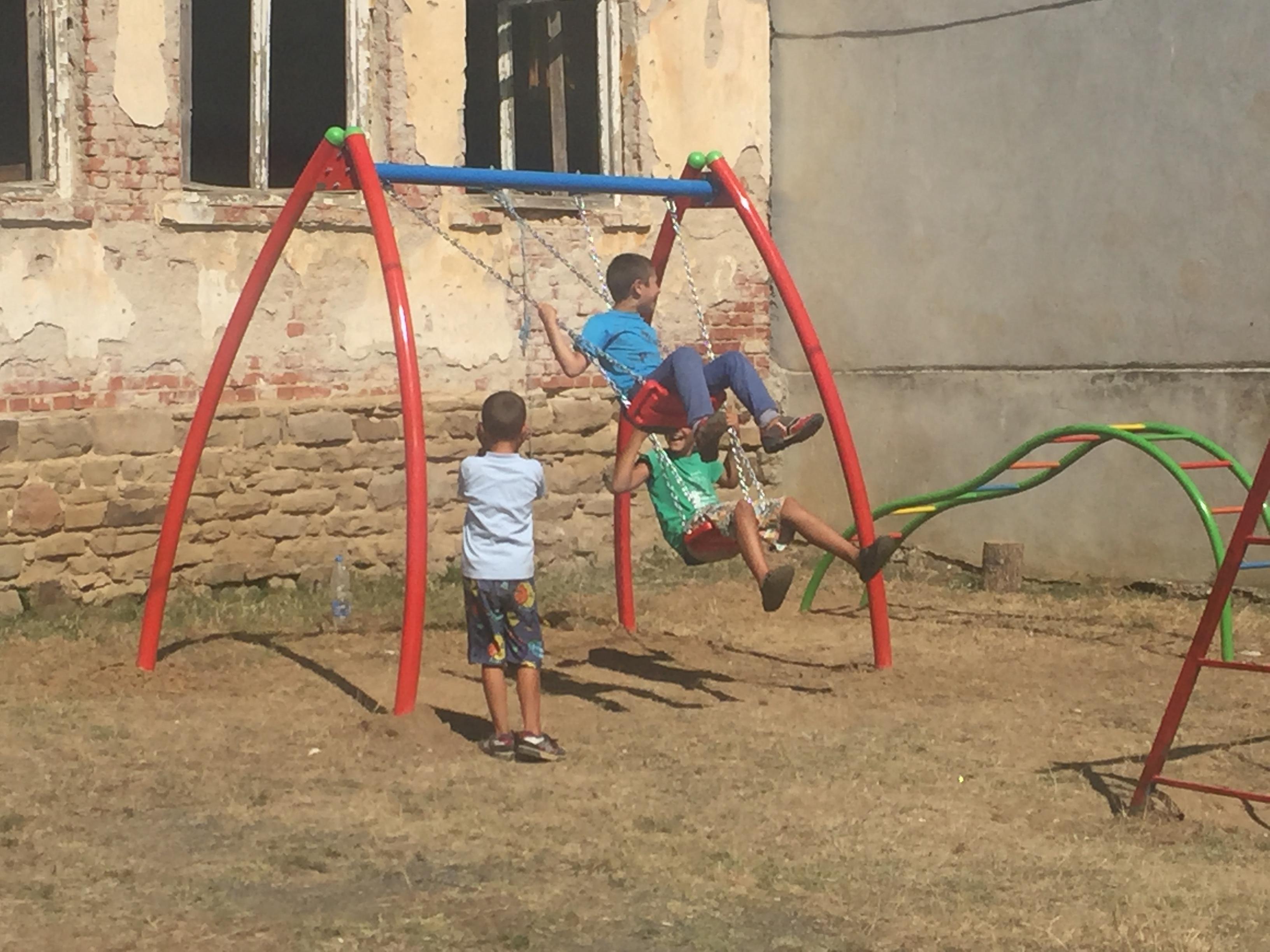 На нови детски площадки ще се радват децата в селата Черна могила и Рожден