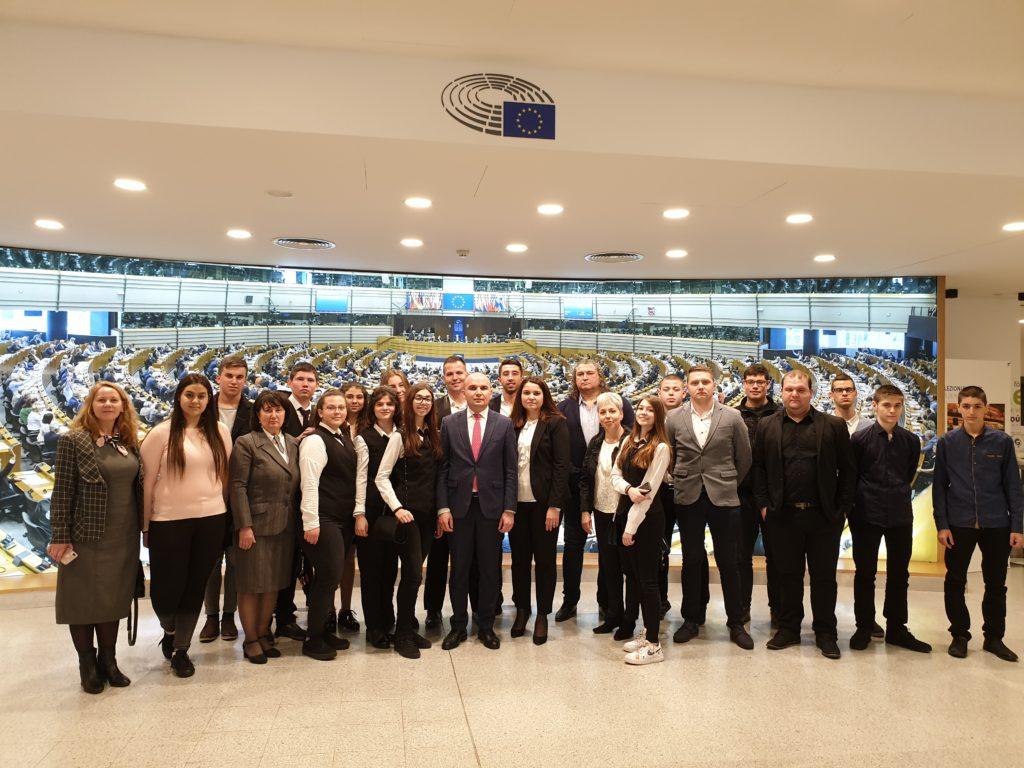 Ученици от Севлиево и членове и симпатизанти на ДПС от област Бургас посетиха ЕП по покана на Илхан Кючюк
